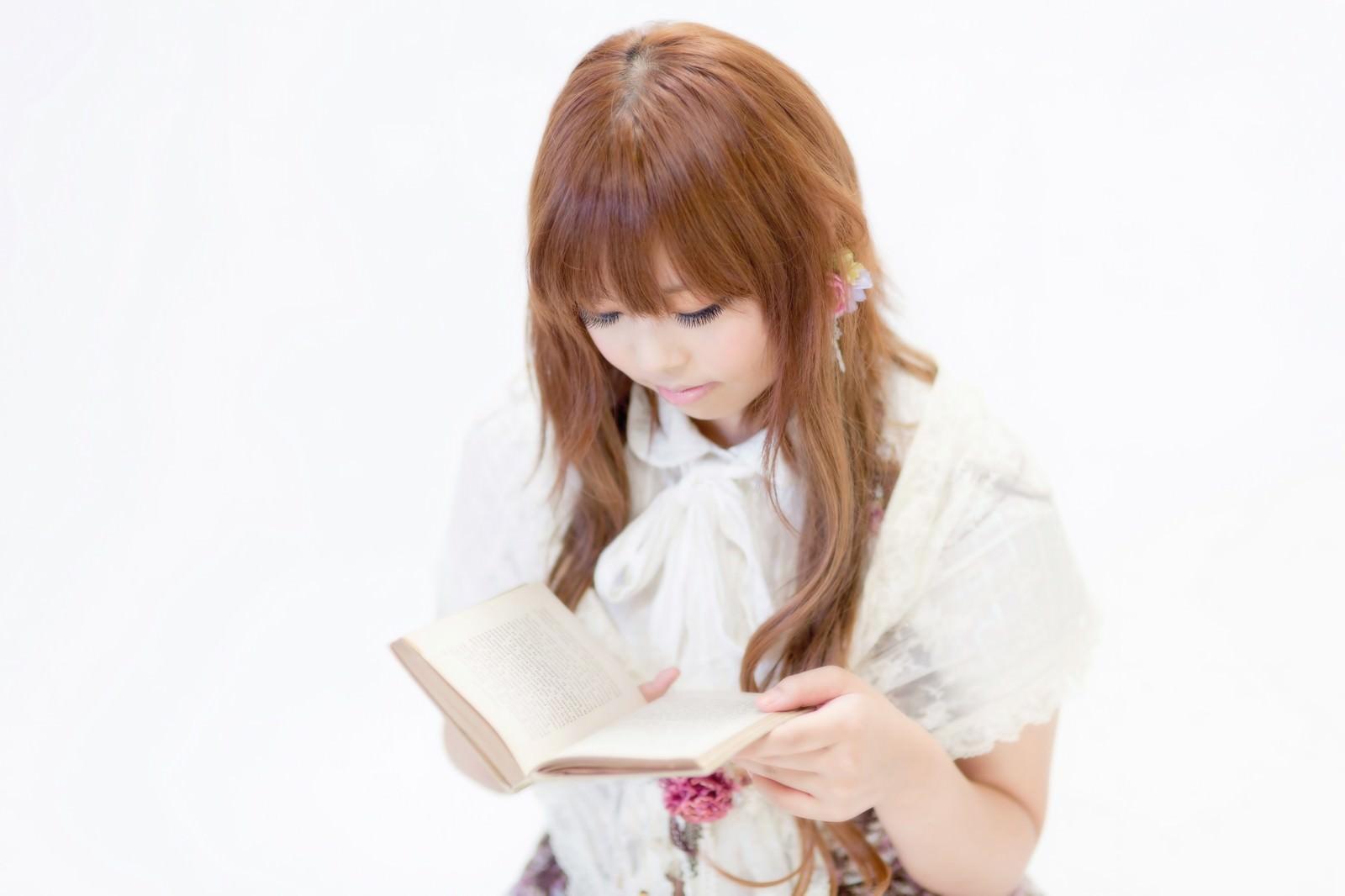 「本を読むゆるふわな女の子」の写真[モデル:あみ]