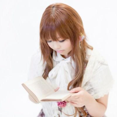 「本を読むゆるふわな女の子」の写真素材