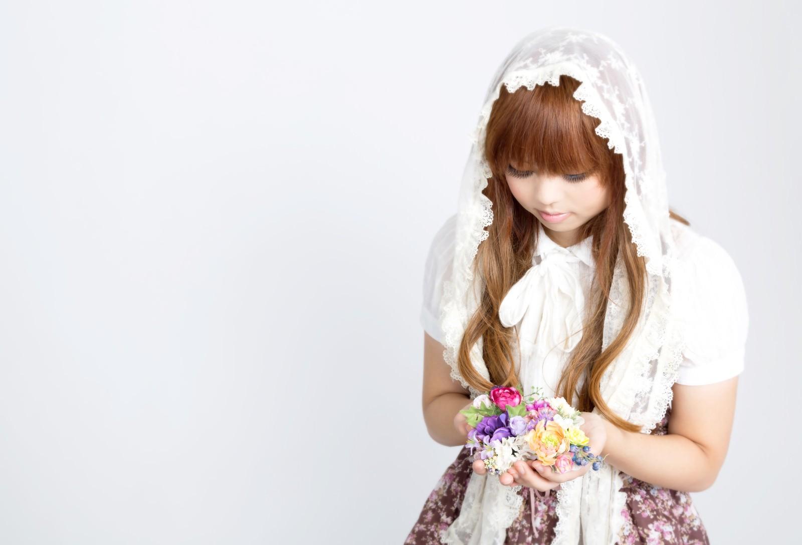 「花のアクセサリーを両手いっぱいに持つゆるふわな女の子」の写真[モデル:あみ]