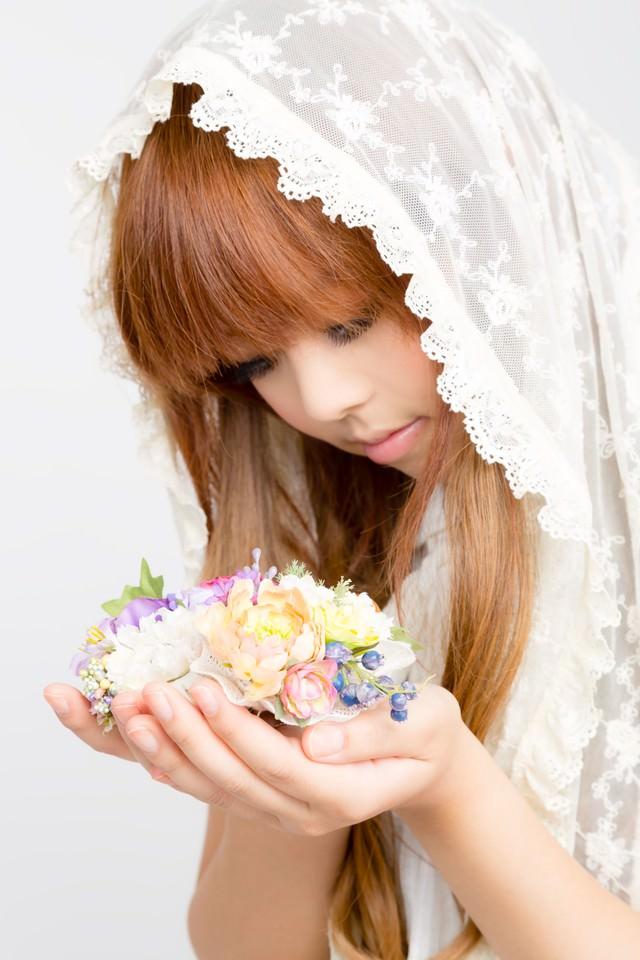 両手にお花のゆるふわガールの写真