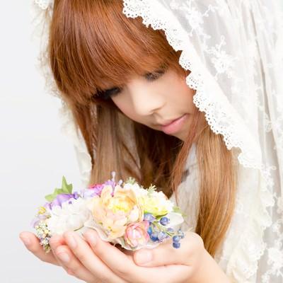 「両手にお花のゆるふわガール」の写真素材