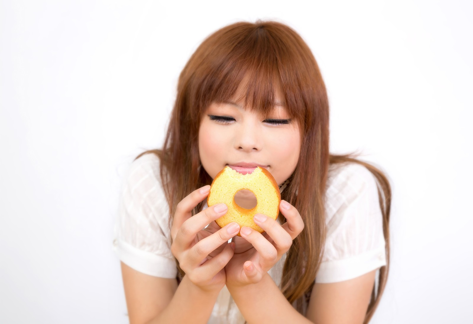 「バームクーヘンを食べて幸せそうな顔の女の子バームクーヘンを食べて幸せそうな顔の女の子」[モデル:あみ]のフリー写真素材を拡大