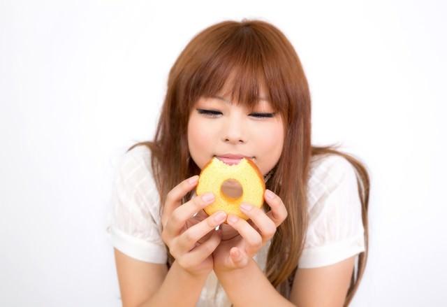 バームクーヘンを食べて幸せそうな顔の女の子の写真