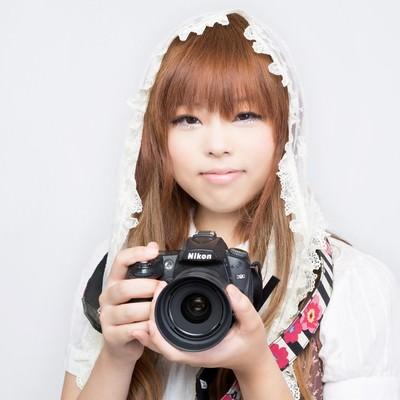 「一眼レフを持つゆるふわな女の子」の写真素材