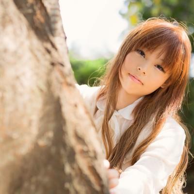 「木陰から森ガール」の写真素材