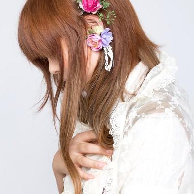 「花のイヤリングをする女の子」の写真素材