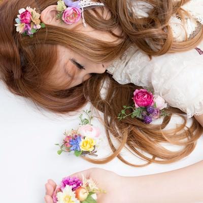 「時計うさぎを追いかけて眠る女の子(不思議の国の森ガール)」の写真素材