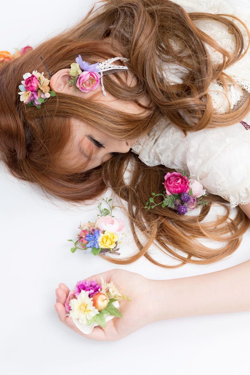 「時計うさぎを追いかけて眠る女の子(不思議の国の森ガール)」の写真[モデル:あみ]