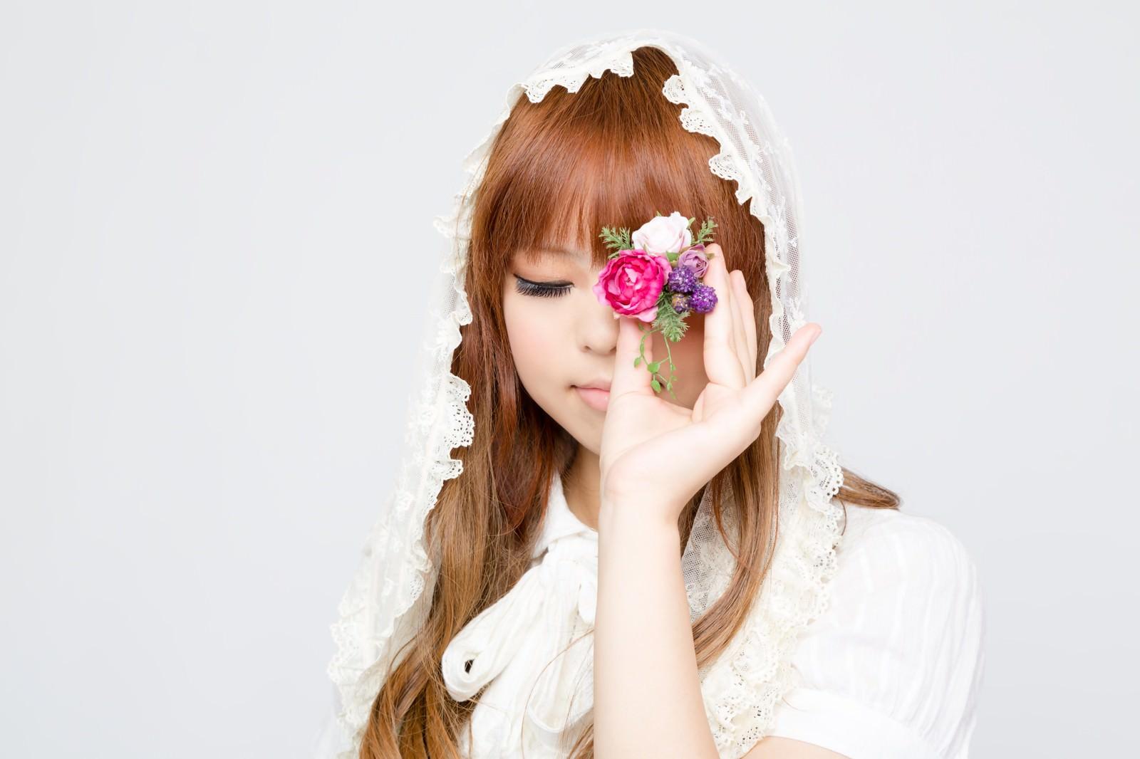 「花のアクセサリーで遊ぶゆるふわな女の子」の写真[モデル:あみ]