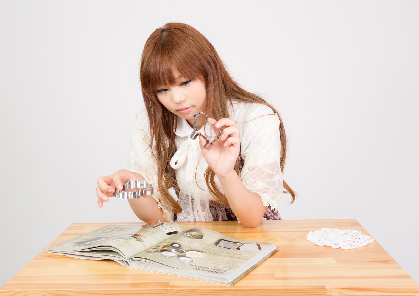「お菓子作りの女の子」の写真[モデル:あみ]