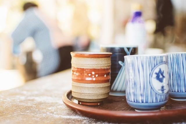 休憩の時に用意されたお茶の入った湯呑み茶碗の写真