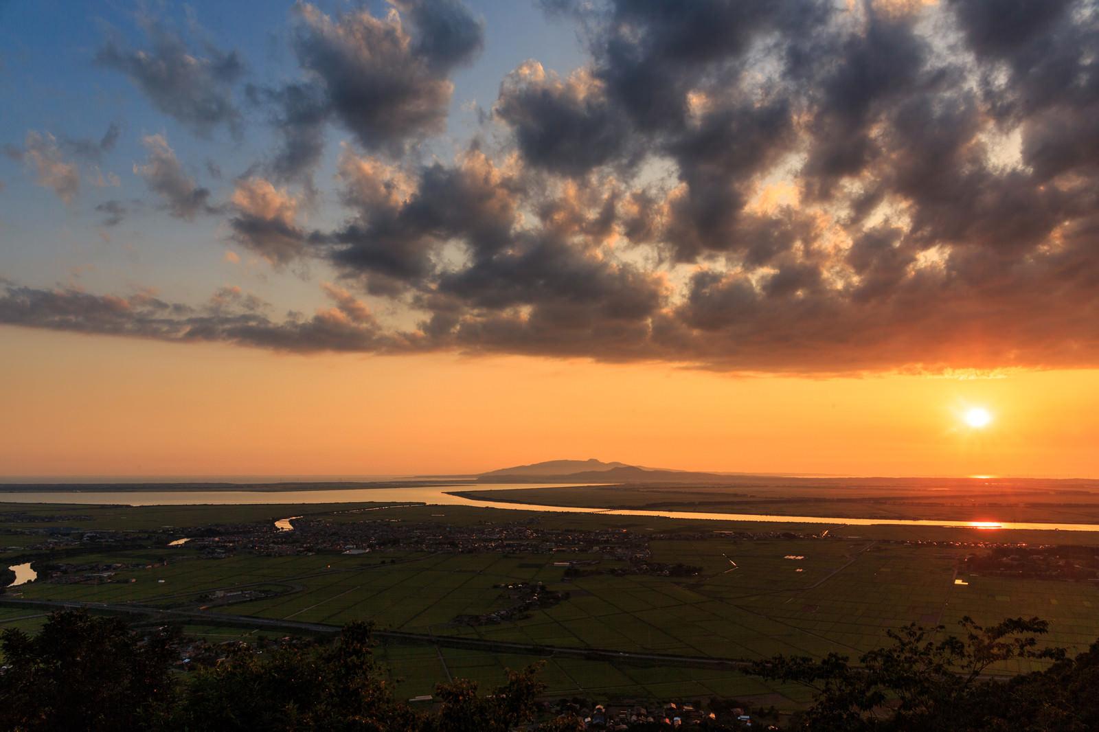 「八郎潟と夕日」の写真