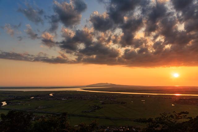八郎潟と夕日の写真