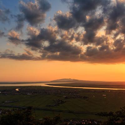 「八郎潟と夕日」の写真素材