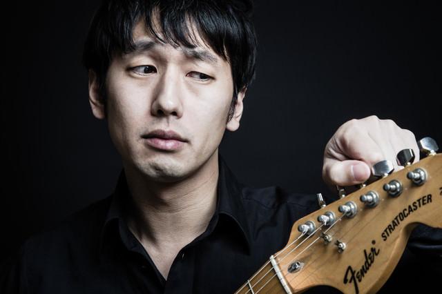チューニングをするギタリストの写真