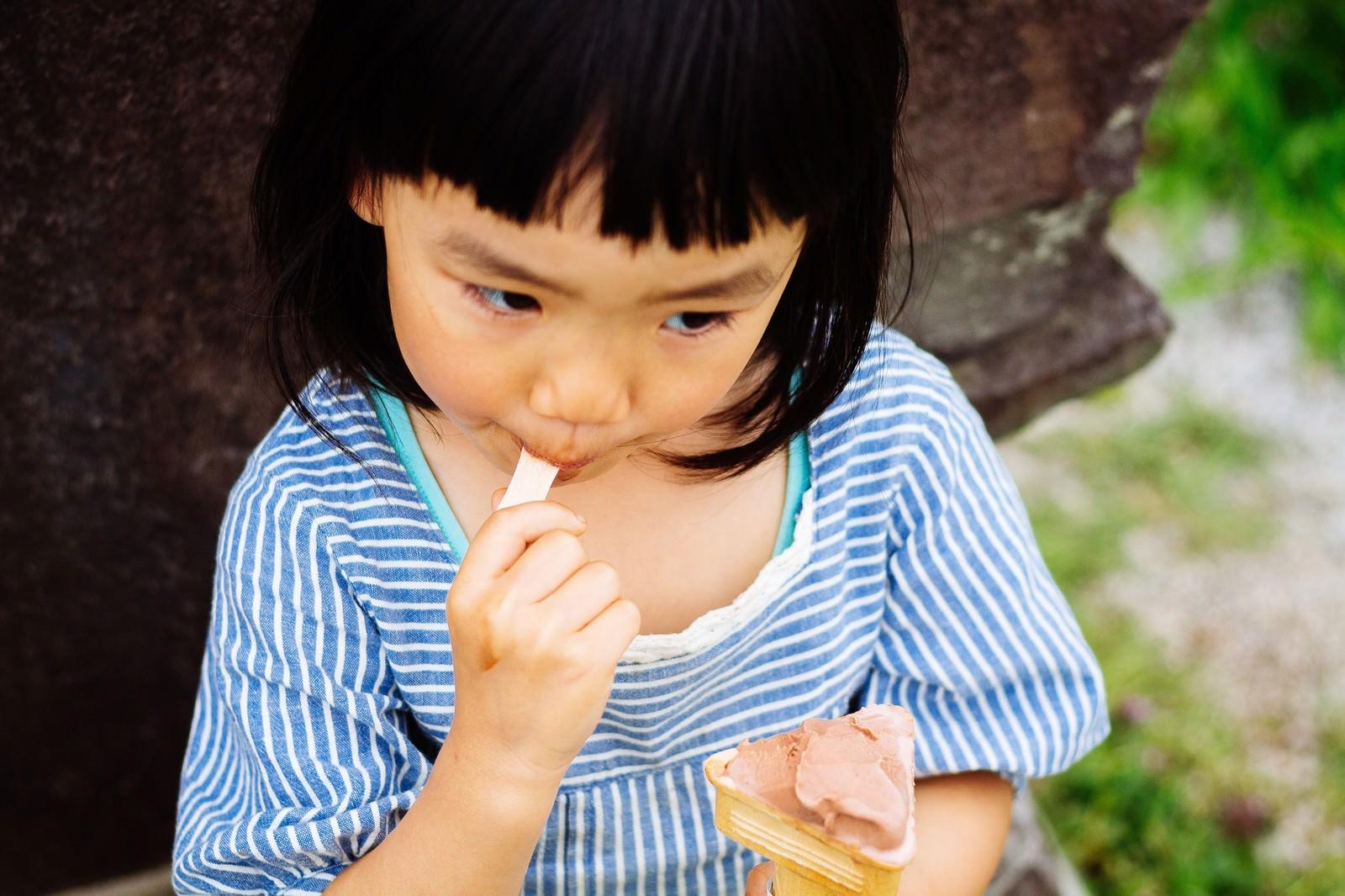 「アイスクリームペロリ | 写真の無料素材・フリー素材 - ぱくたそ」の写真[モデル:あんじゅ]