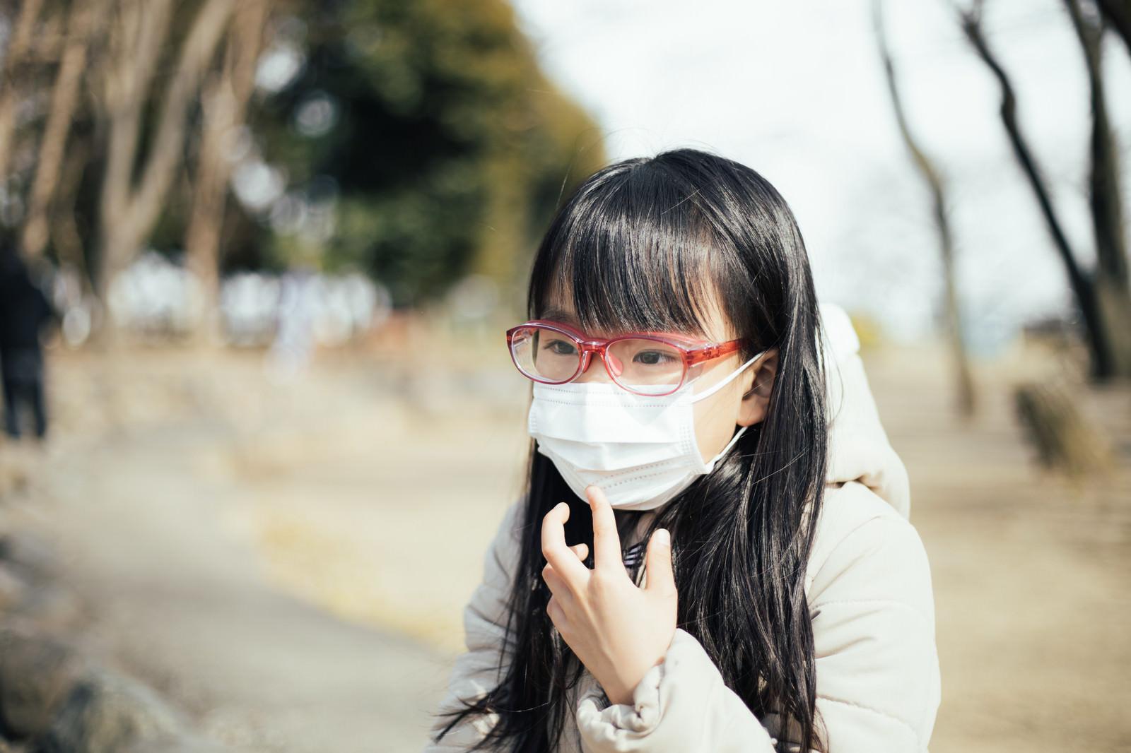 「花粉防止用めがねを装着する女の子」の写真[モデル:あんじゅ]