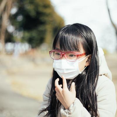 花粉防止用めがねを装着する女の子の写真