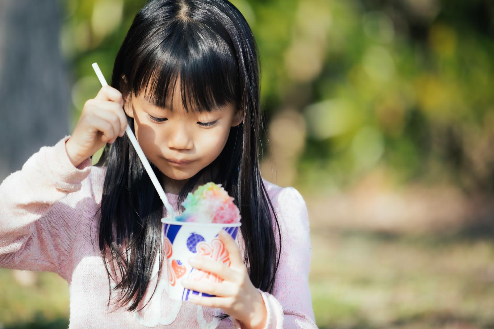 「虹色のかき氷うんまー」の写真[モデル:あんじゅ]