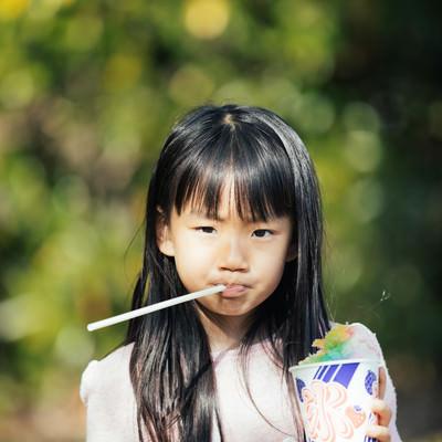 頼んだカキ氷と違ってご立腹の女の子の写真