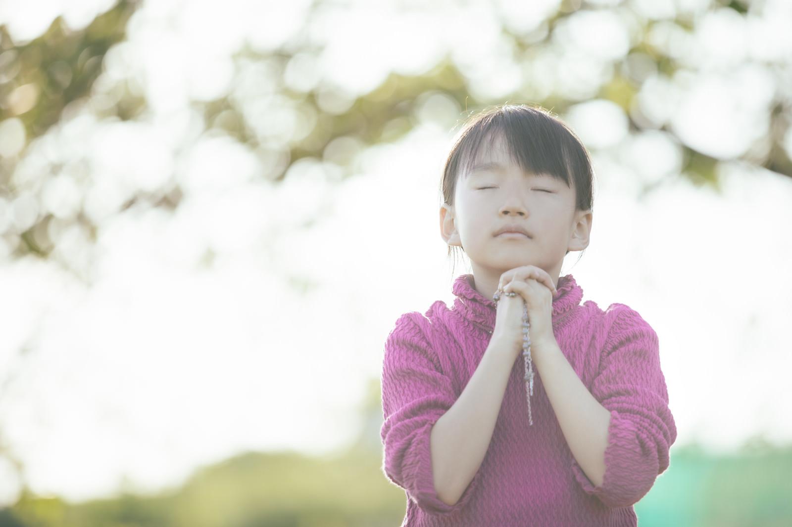 「祈りを捧げる女の子」の写真[モデル:あんじゅ]