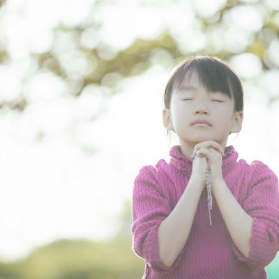 祈りを捧げる女の子の写真