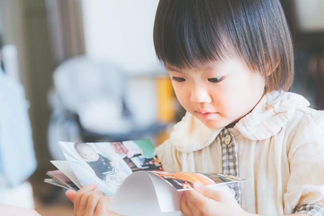 アルバムを見る小さいな女の子の写真
