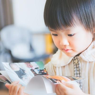 「アルバムを見る小さいな女の子」の写真素材