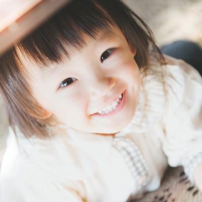 「満面の笑みの女の子」の写真素材