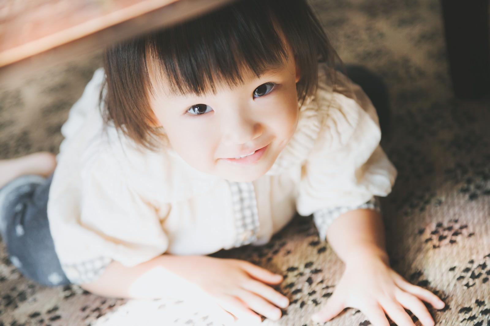 「机の下に隠れてる小さい女の子」の写真[モデル:あんじゅ]