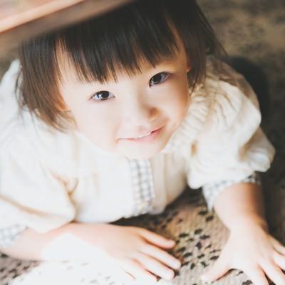 机の下に隠れてる小さい女の子の写真