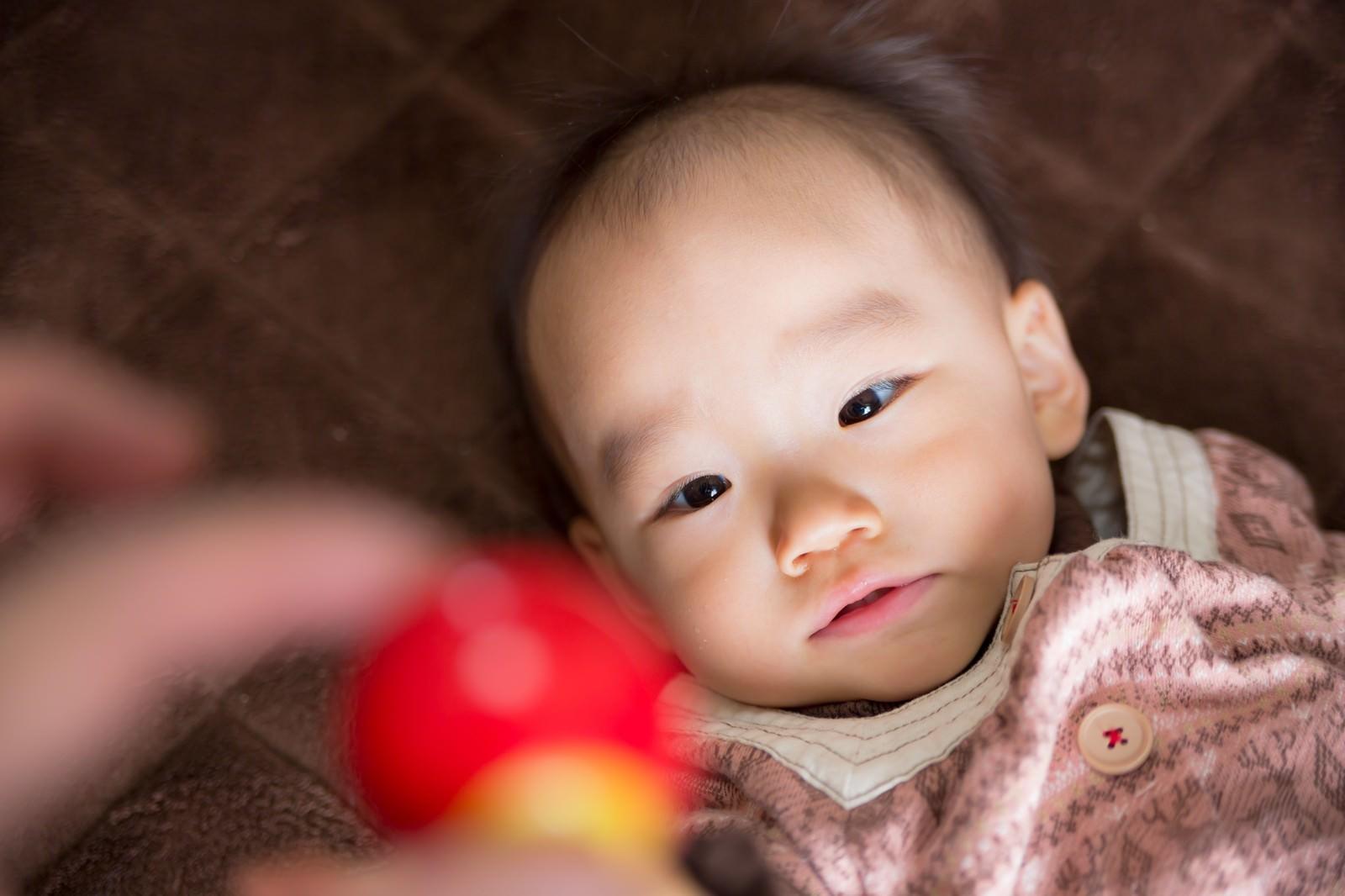 「おもちゃを欲しがる赤ちゃん」の写真[モデル:あんじゅ]