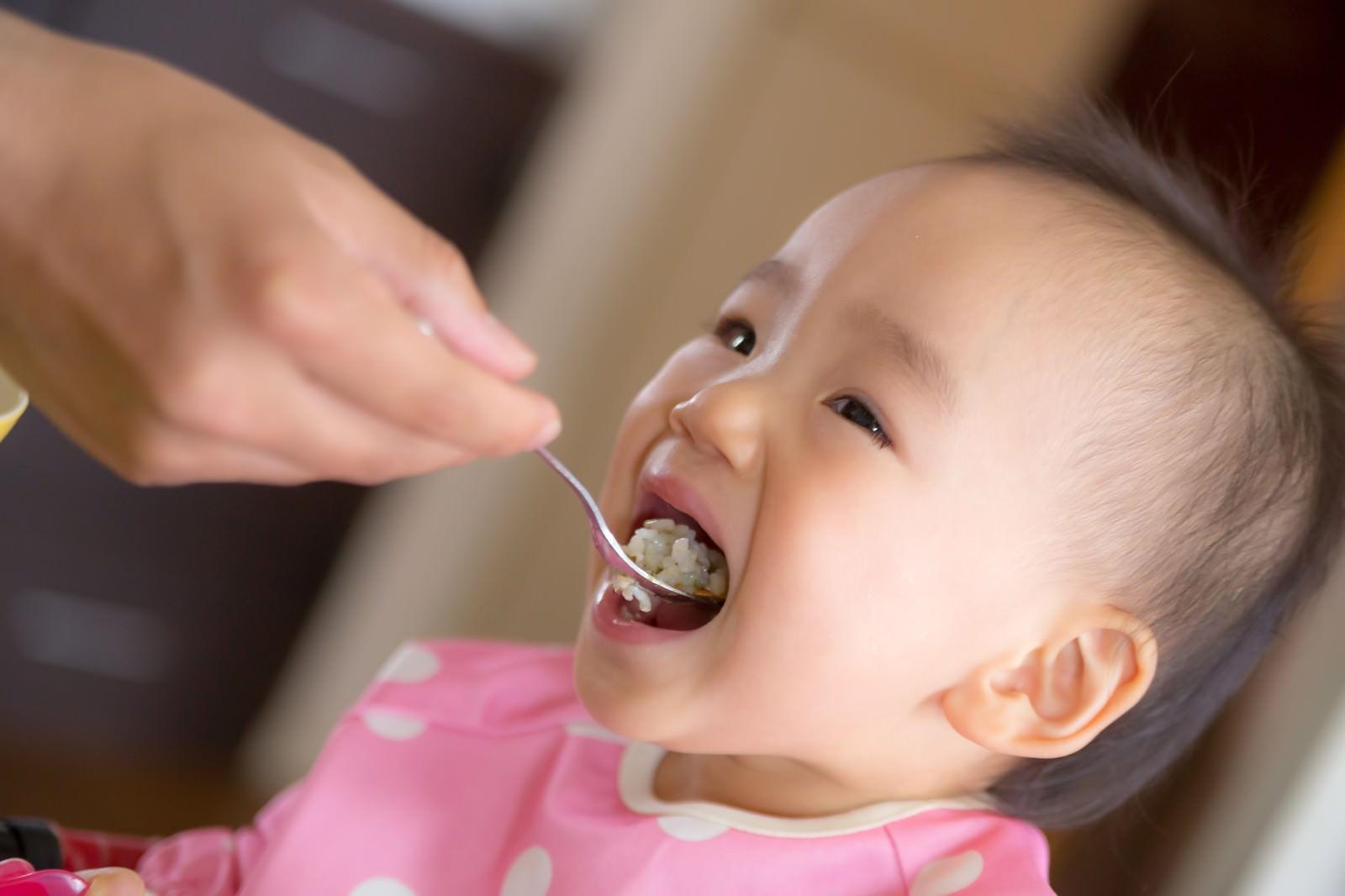 「大きなお口でご飯をあーんする赤ちゃん大きなお口でご飯をあーんする赤ちゃん」[モデル:あんじゅ]のフリー写真素材を拡大