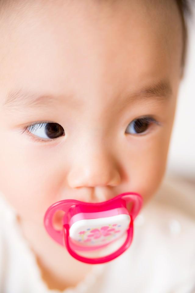 おしゃぶりと赤ちゃんの写真