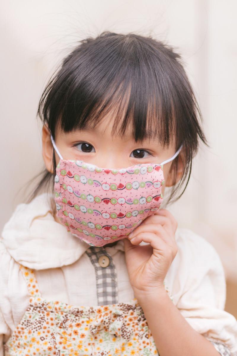 「エプロンとマスクをした女の子」の写真