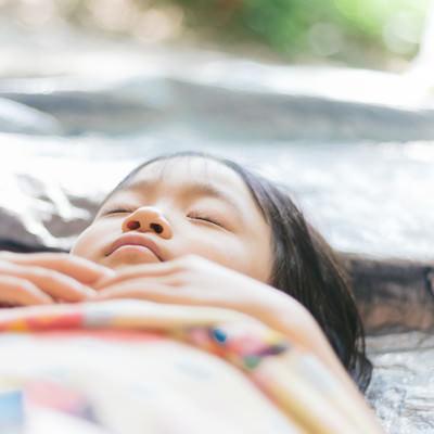 「疲れて寝ちゃった女の子」の写真素材