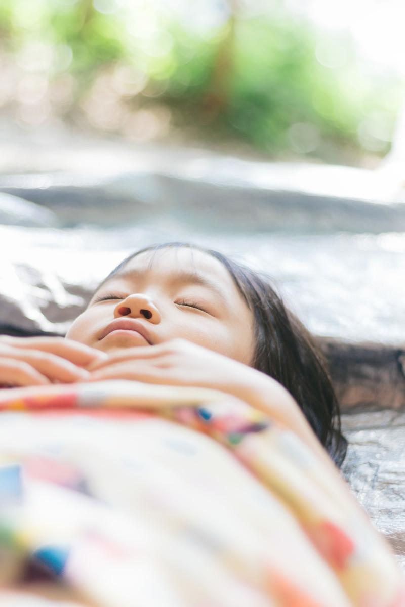 「疲れて寝ちゃった女の子」の写真