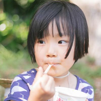 「かき氷ウマウマする女の子」の写真素材