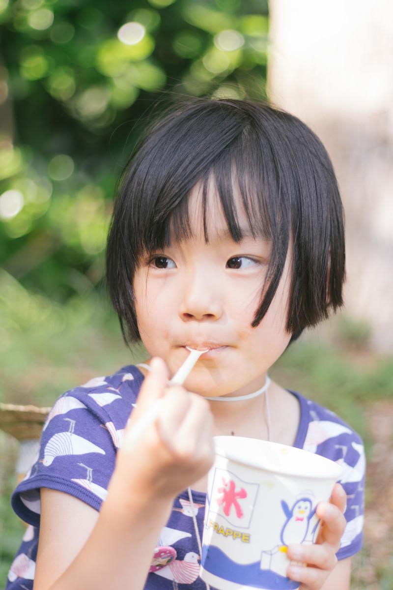 「かき氷ウマウマする女の子」の写真