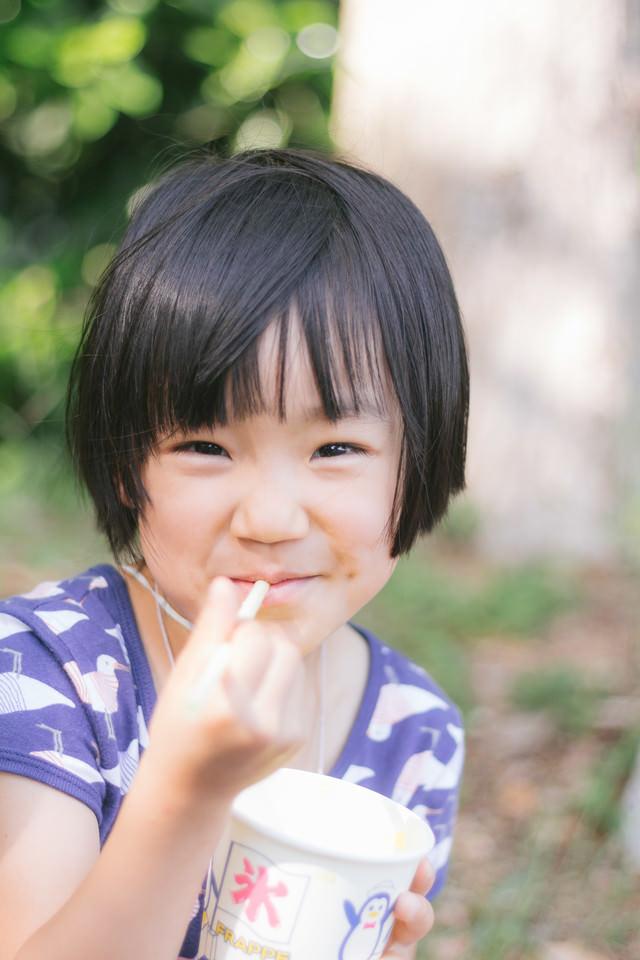 かき氷を食べてご満悦の女の子の写真