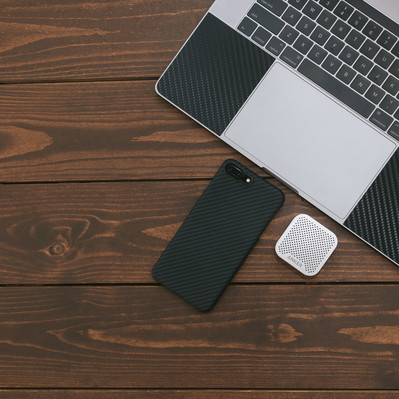 「スマートフォンと小型のワイヤレススピーカー」の写真素材