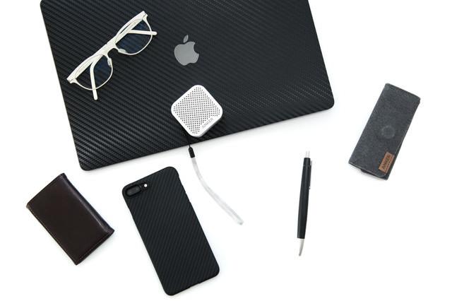 白メガネとガジェット製品(スマートフォンなど)の写真