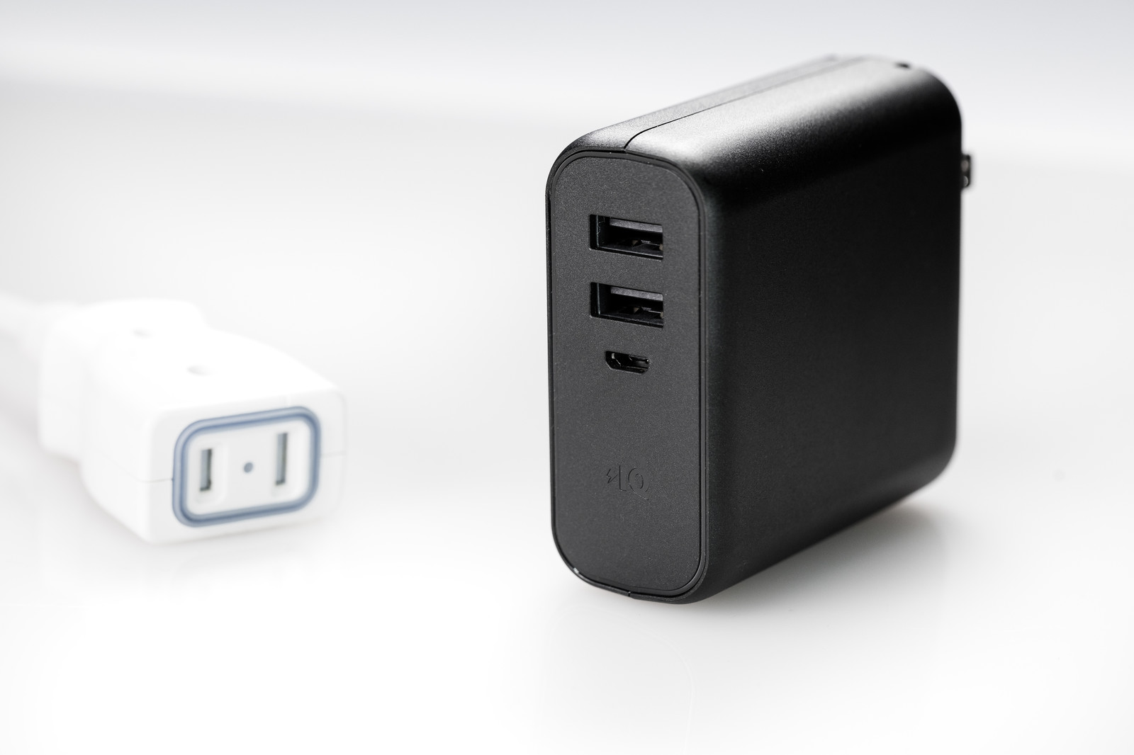 「USBポートが2つあるモバイルバッテリー」の写真