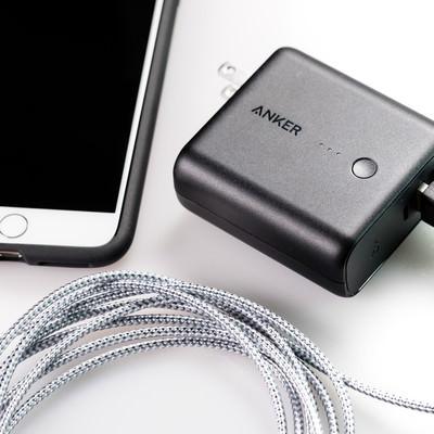 「スマホを充電するには丁度いい大きさのモバイルバッテリー」の写真素材