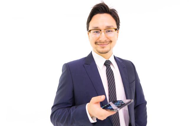 最新のスマートフォンを持ちながら気さく話しかけてくるドイツ人ハーフの写真