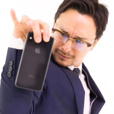 iPhone XS Max にもう一味つけるビジネスマンの写真