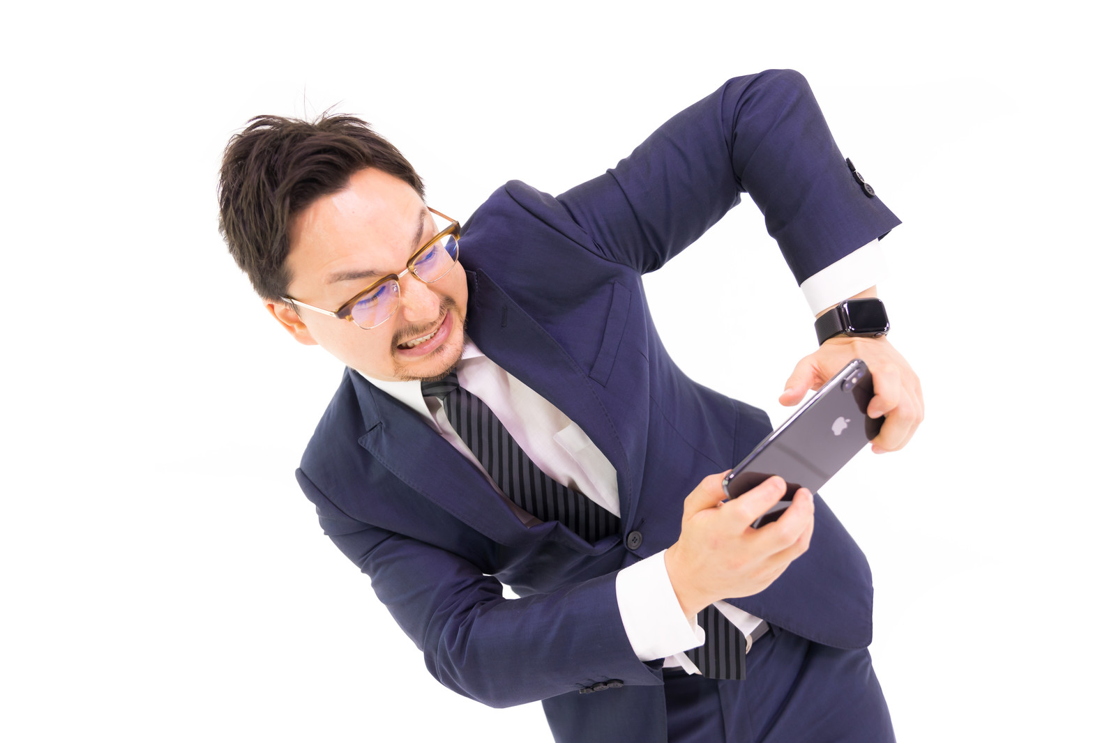 「ゲームをすると自分が動いてしまう系男子」の写真[モデル:Max_Ezaki]