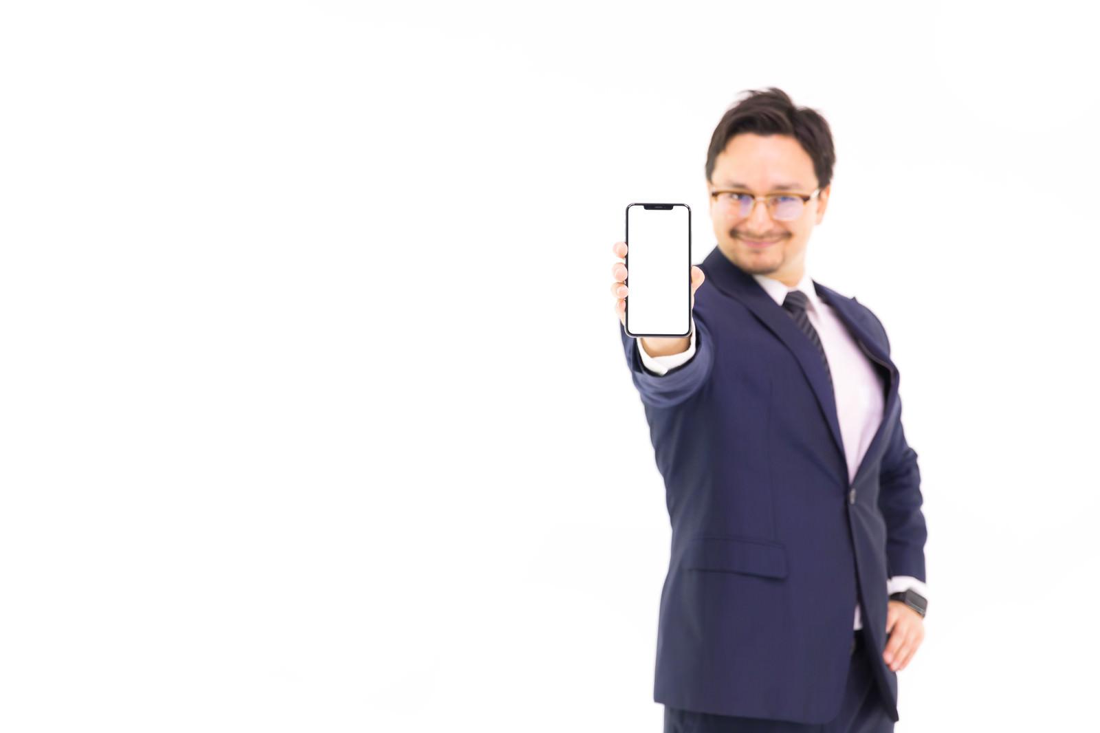 「これが iPhone XS Max の6.5インチディスプレイ」の写真[モデル:Max_Ezaki]