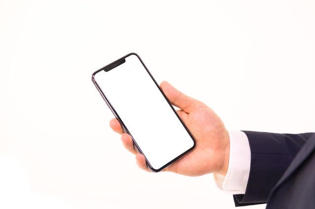 iPhone XS Max を持つ手の写真