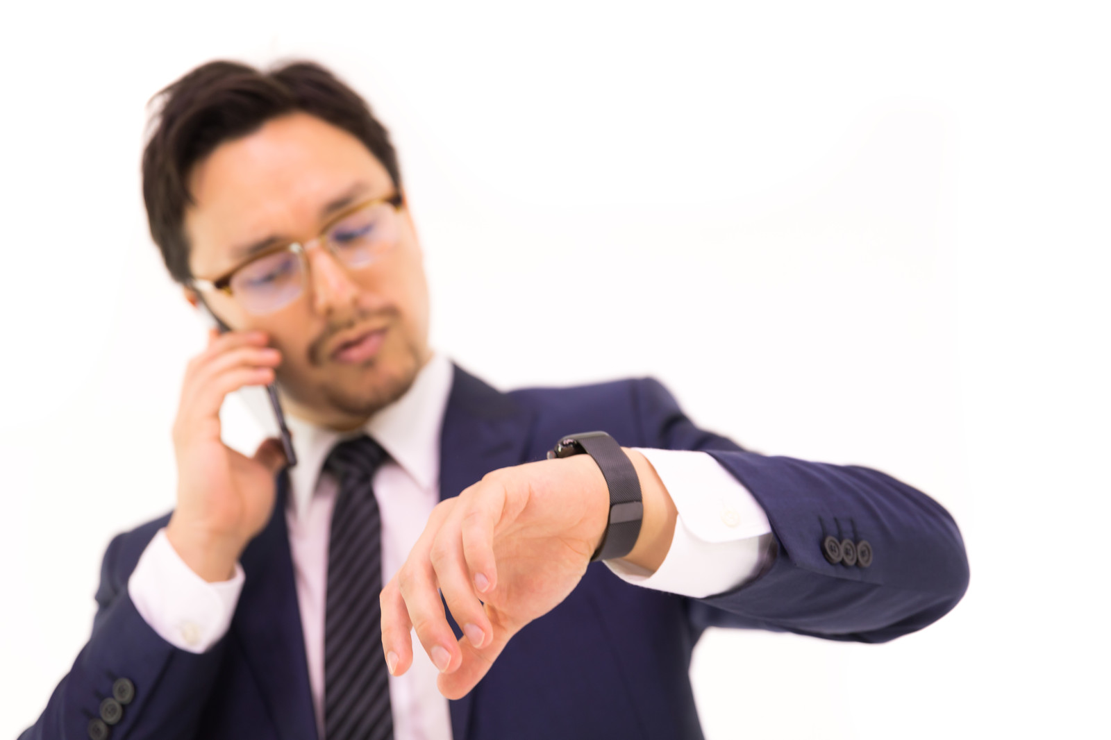 「スマートウォッチでメッセージを確認する外資系社員」の写真[モデル:Max_Ezaki]
